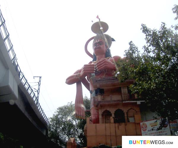 Tempel mit riesen Statue von dem Affen-Gott Hanuman mitten in Delhi