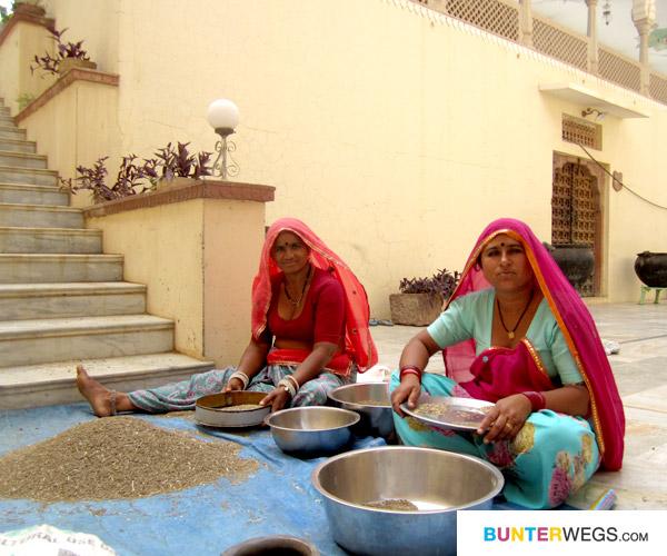 Frauen arbeiten im Hotel in Pushkar