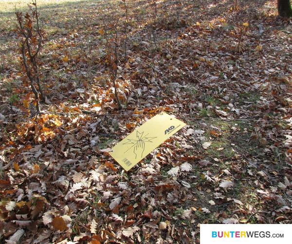 """Abgesehen von diesem """"Zaun"""" und dem Schild hing dort noch so etwas wie ein riesen Feuerwehtschlauch als Absperrung!"""