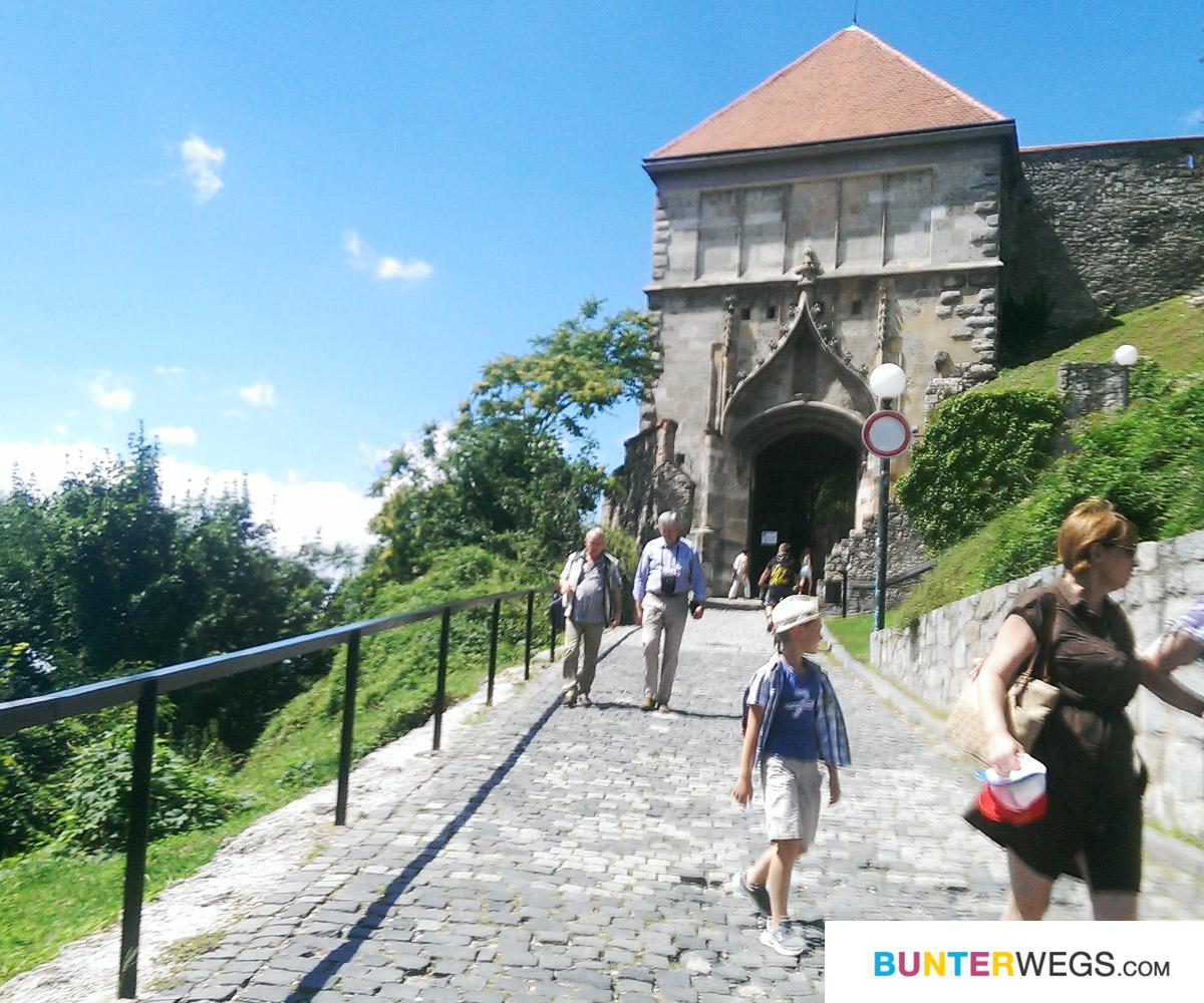 Eingang zur Burg Bratislava, Slowakei * BUNTERwegs. Der Outdoorblog für Frauen mit Liebe zum Wandern und zur Street Art