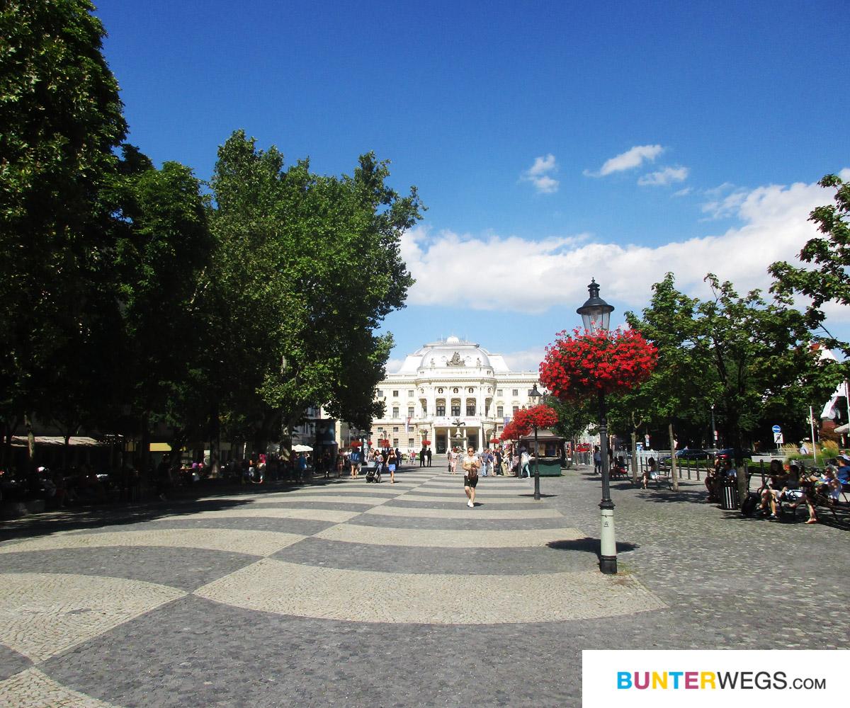 Mit Blick auf die Oper - Bratislava * BUNTERwegs. Der Outdoorblog für Frauen mit Liebe zum Wandern und zur Street Art