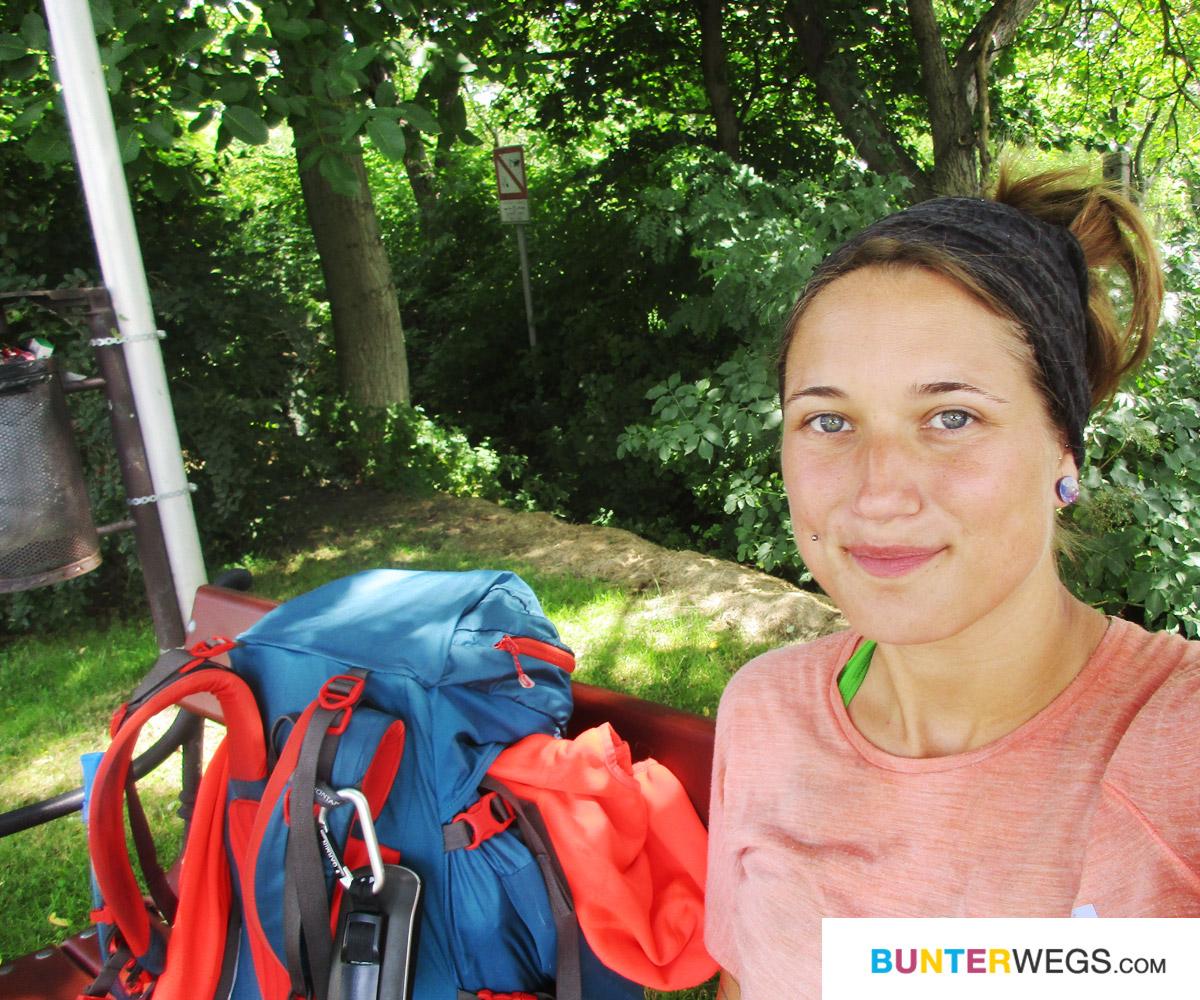 Einfach mal Pause machen: Jessie von BUNTERwegs zu Fuß von Deutschland nach Nepal. Hier in Ungarn, zwischen Györ und Pannonhalma * BUNTERwegs. Der Outdoor Blog mit Liebe zum Wandern und zur Street Art