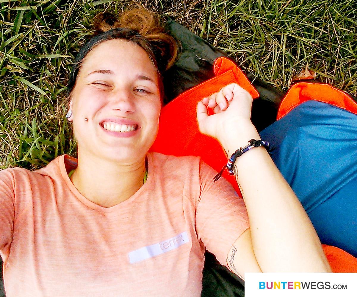 Jessie von BUNTERwegs happy zu Fuß unterwegs von Deutschland nach Nepal * BUNTERwegs. Der Outdoor Blog für Frauen mit Liebe zum Wandern und zur Street Art