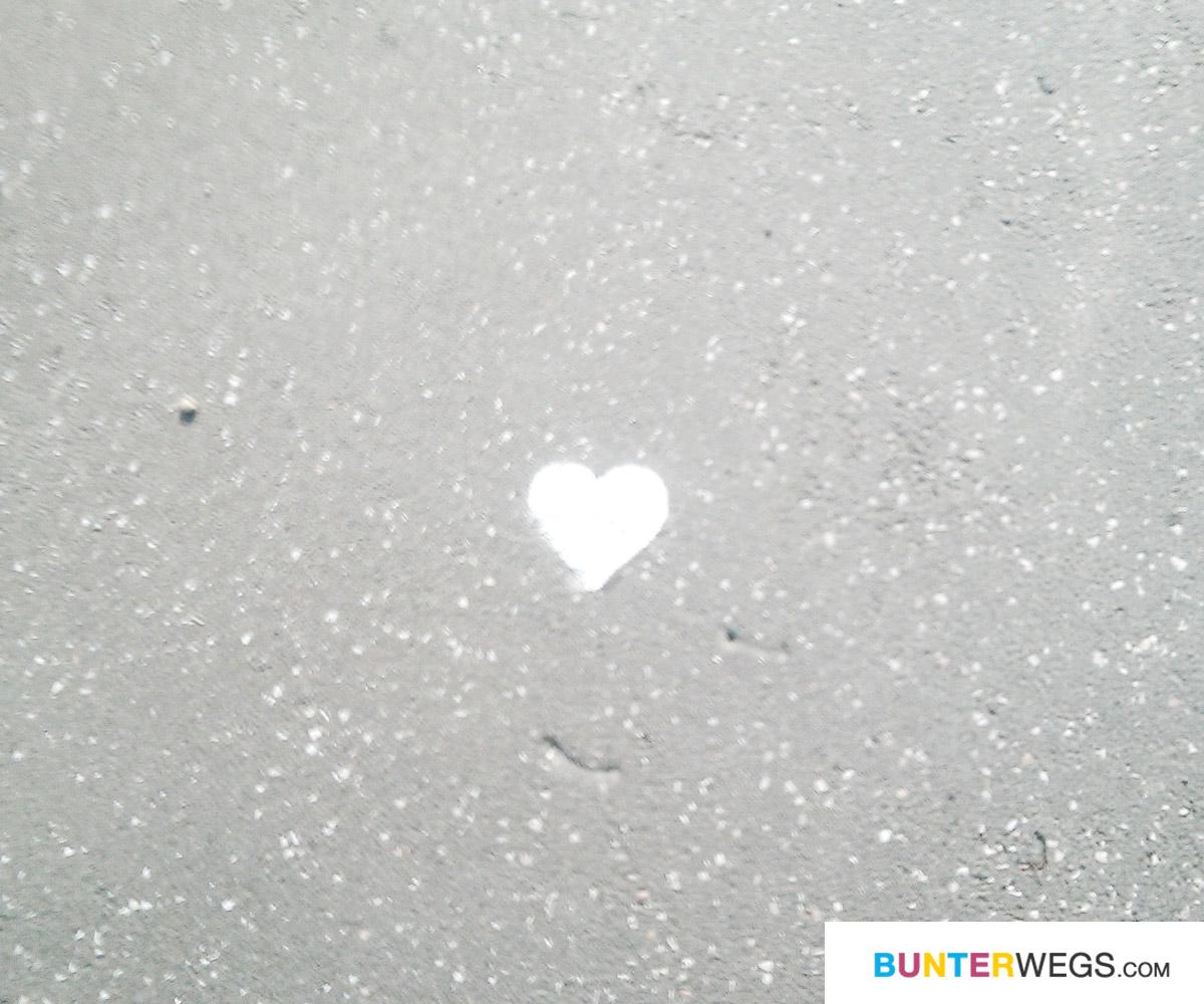 Found some love between Szeged and Kisombor - Street Art * BUNTERwegs. Der Outdoor Blog für Frauen mit Liebe zum Wandern und zur Street Art
