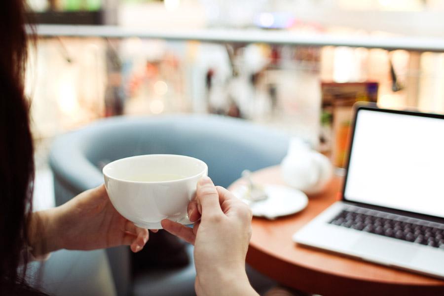 Ein Tasse Tee vor dem Laptop genießen